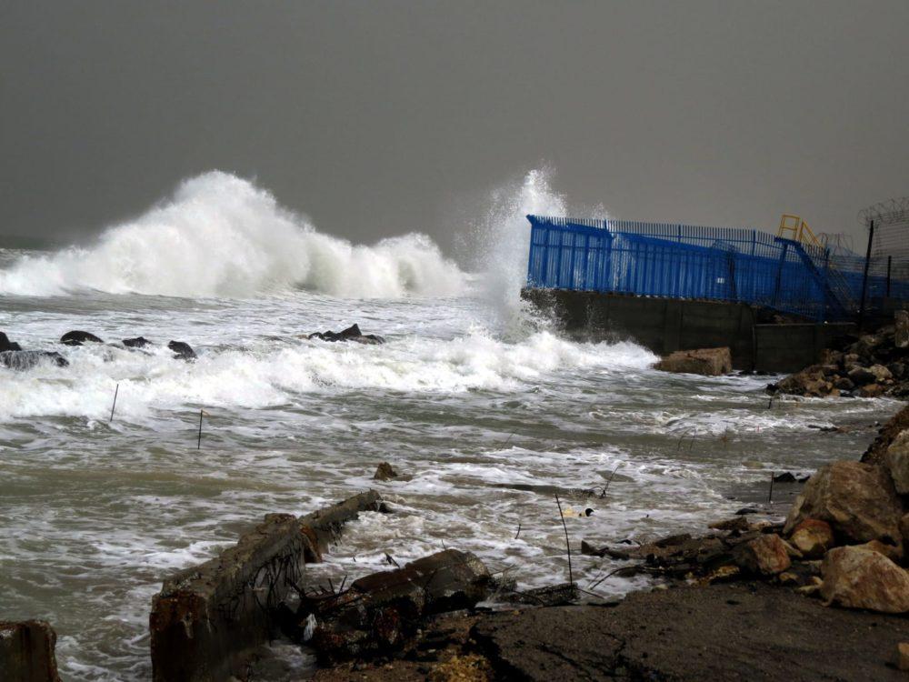 סערת חורף בחיפה, בצמוד לחוות המיכלים (צילום: מוטי מנדלסון - חוקר ימי)