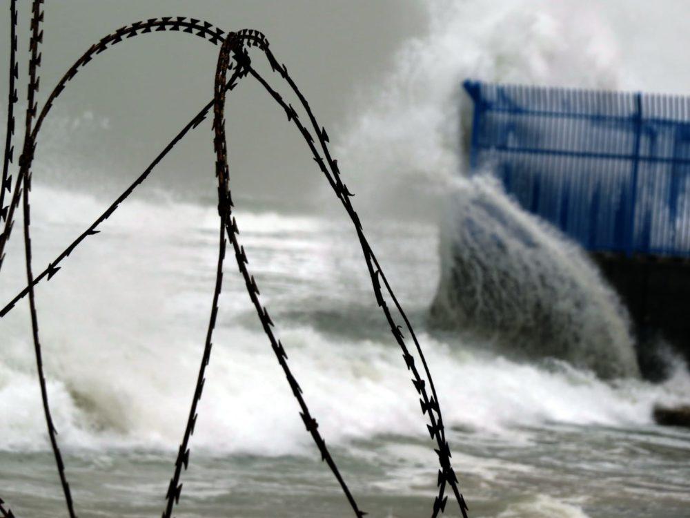 סערת חורף בחיפה, גל מתנפץ על חומת חוות המיכלים (צילום: מוטי מנדלסון - חוקר ימי)