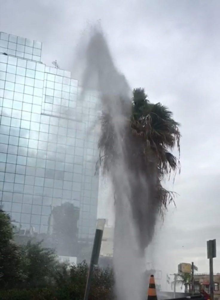 פיצוץ צינור מים - ארכיון (צילום: אלינה ליברמן)