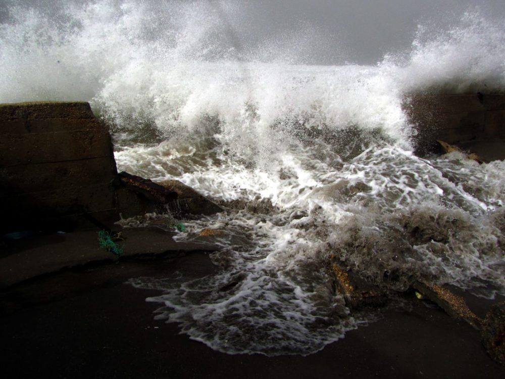 סערת חורף בחיפה, הגל העצום ששבר חלק מחומת חוף כאן לשעבר (צילום: מוטי מנדלסון - חוקר ימי)