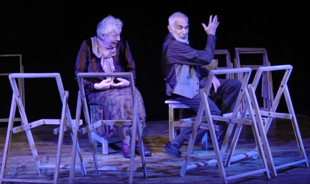 """מתוך מחזה """"הכיסאות"""" מחזה לשני שחקנים והמון כיסאות (צילום: תאטרון הסטודיו)"""