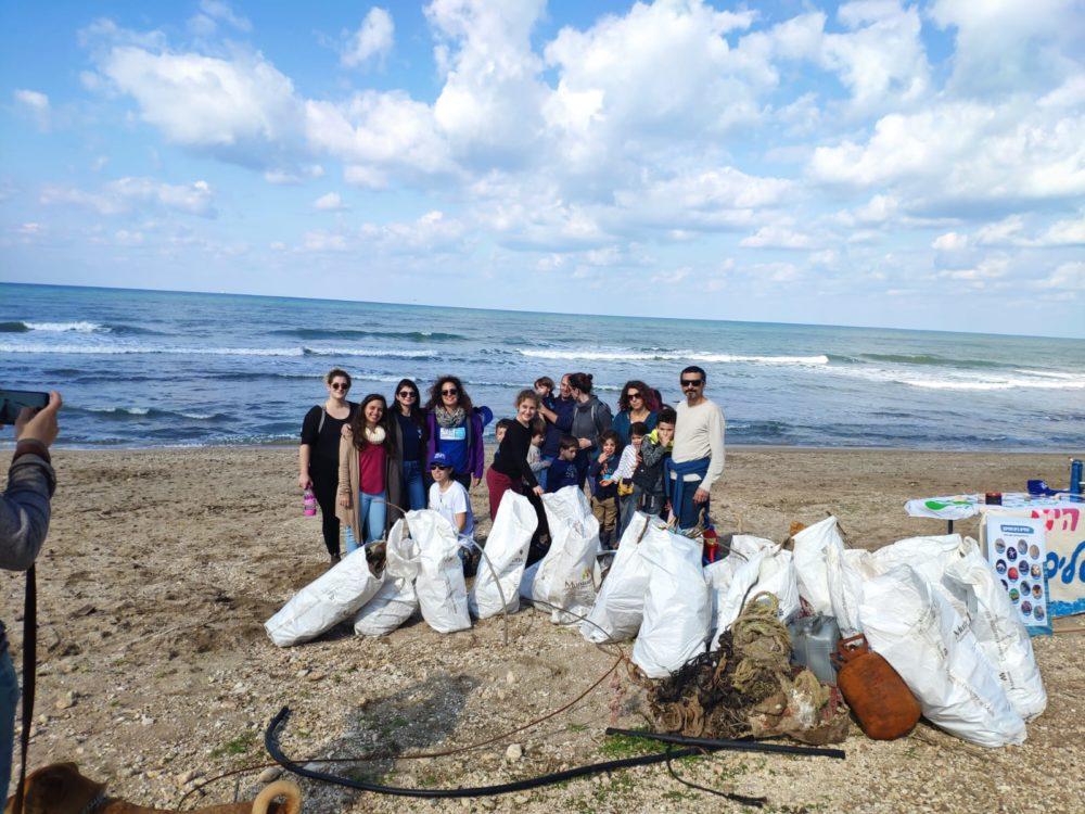 מבצע ניקוי חוף התכלת - Beach cleanup • מול הכנסיה (צילום: שרה אוחיון)