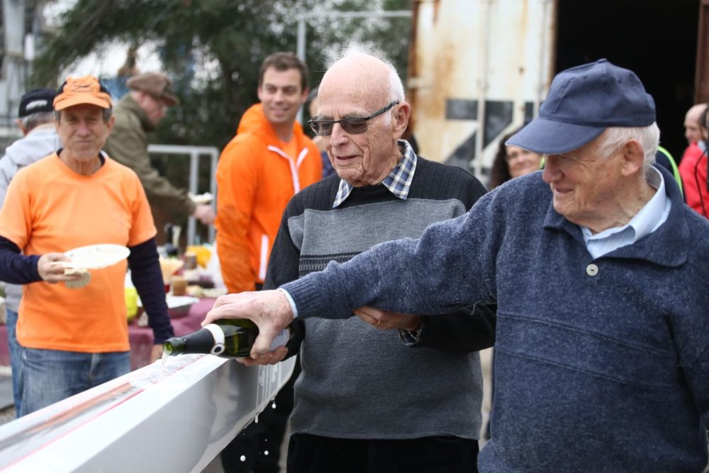 ותיקי המועדון מתכבדים בהשקת הסירות בשמפניה • השקת סירות חתירה חדישות במועדון החתירה בחיפה (צילום: שי מזור)