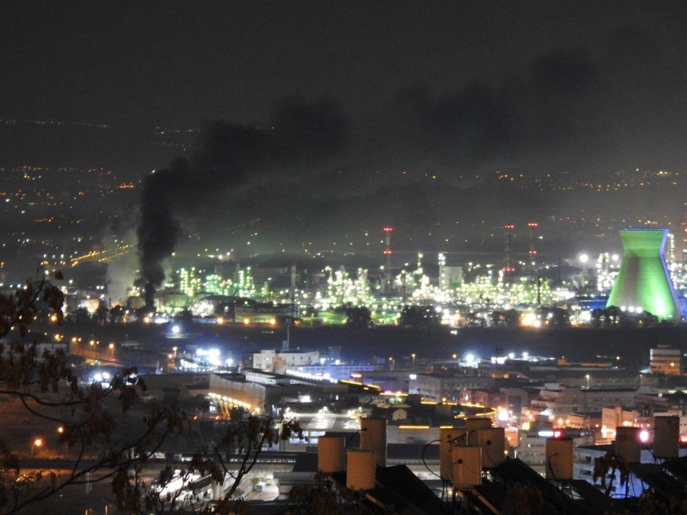שרפה במתקן הביטומן בבמתחם בתי הזיקוק כובתה על ידי צוות המפעל (צילום: ילנה - נווה יוסף)