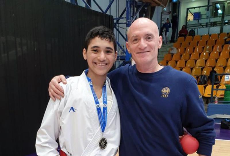 עודד פרידמן ובנו אורי פרידמן • אורי פרידמן, בן ה-15 מחיפה, זכה במדליית זהב באליפות ישראל לנוער בקראטה (צילום: אלבום אישי)