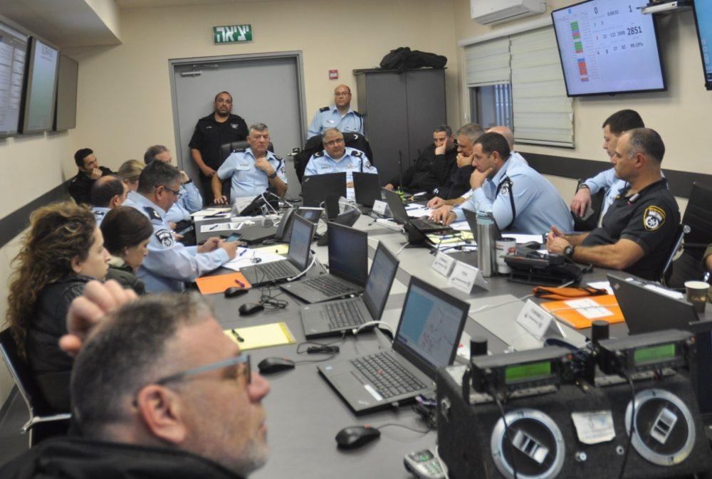 """משטרת ישראל  בהערכת מצב מיוחדת בראשות מפקד מחוז חוף, בנושא פגעי מזג האוויר,  בהשתתפות ספ""""כ המחוז וכלל גופי החירום וההצלה"""