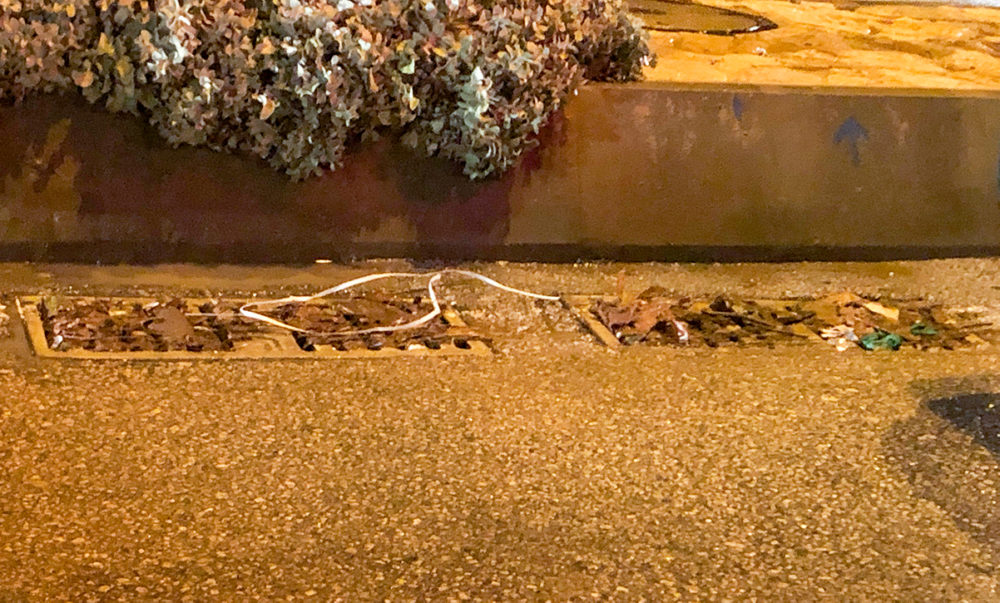 נקז אשר נסתם במהלך הצפה משאריות קרטון בשכונת נאות פרס (צילום: ירון כרמי)