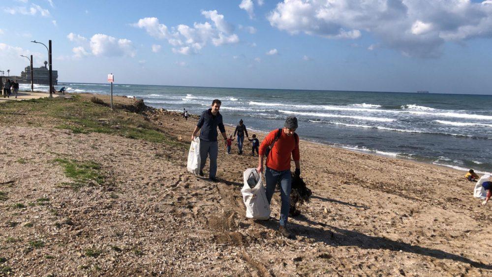 מבצע ניקוי חוף התכלת - Beach cleanup • מול הכנסיה (צילום: ליאת מולכו)