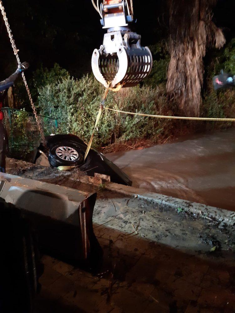 הרוג ברחוב הגיא בבנימינה בשל ההצפה (צילום: לוחמי האש)