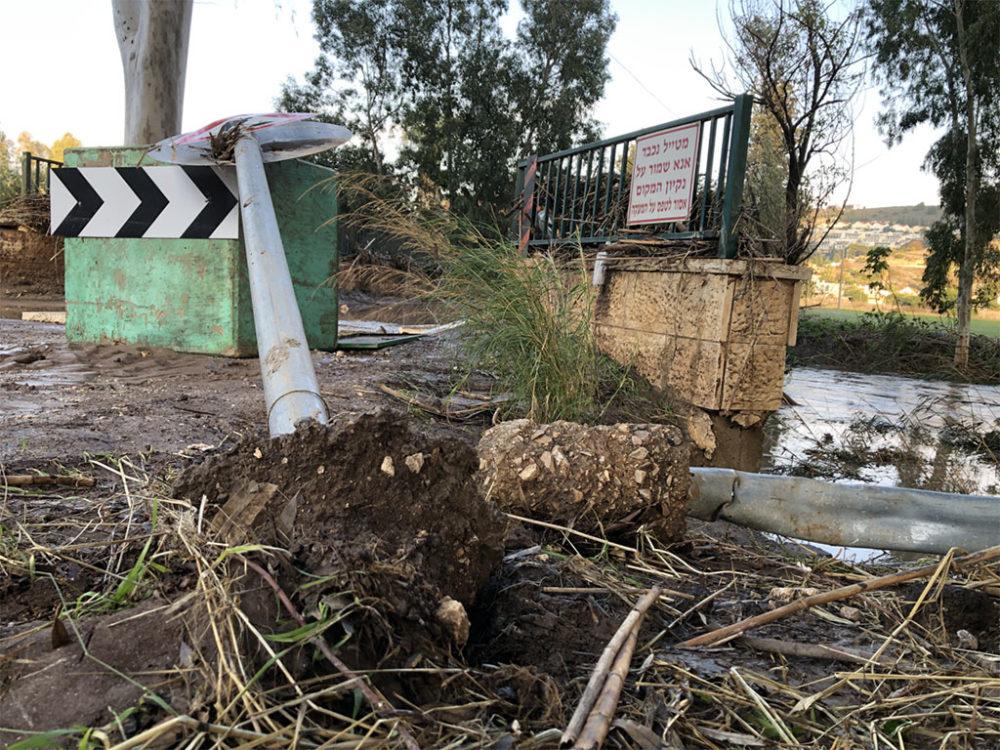 נחל הקישון גואה - הריסות סביב גשר - קריית חרושת (צילום: ירון כרמי)