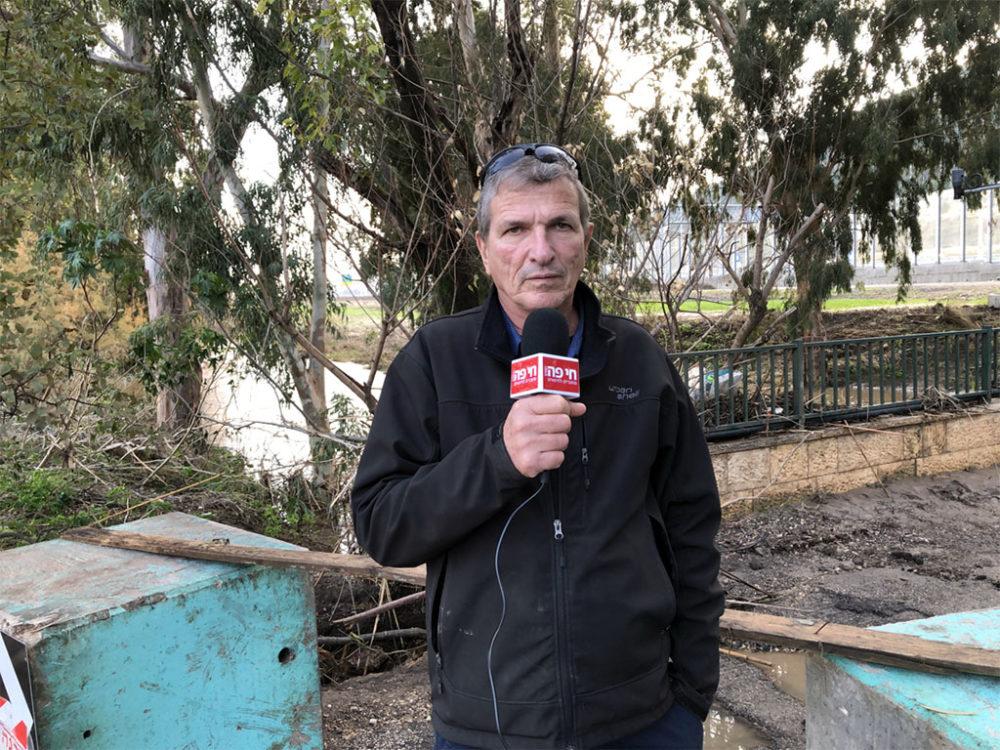 דודי מיבלום מגיש - נחל הקישון גואה - הריסות סביב גשר - קריית חרושת (צילום: ירון כרמי)