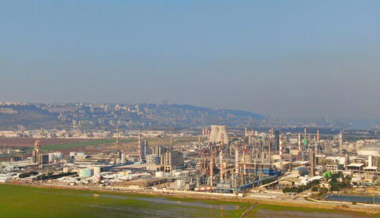 """בז""""ן – בתי הזיקוק לנפט • בתחתית התמונה: קרקעות הצפון • ברקע: העיר חיפה על הכרמל (צילום: מרום בן אריה)"""
