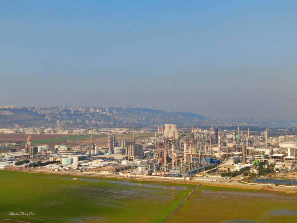 """בז""""ן - בתי הזיקוק לנפט • בתחתית התמונה: קרקעות הצפון • ברקע: העיר חיפה על הכרמל (צילום: מרום בן אריה)"""