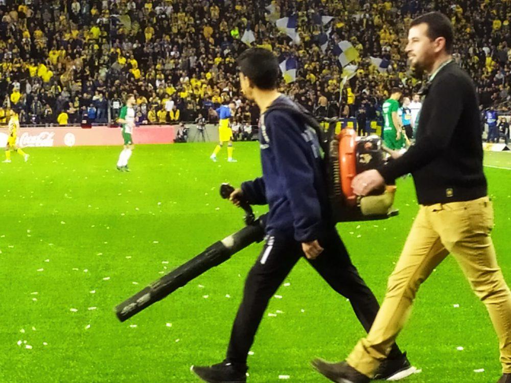 מנקים את הדשא מקונפטי במשחקה של מכבי חיפה נגד מכבי תל אביב (צילום: חגית אברהם)