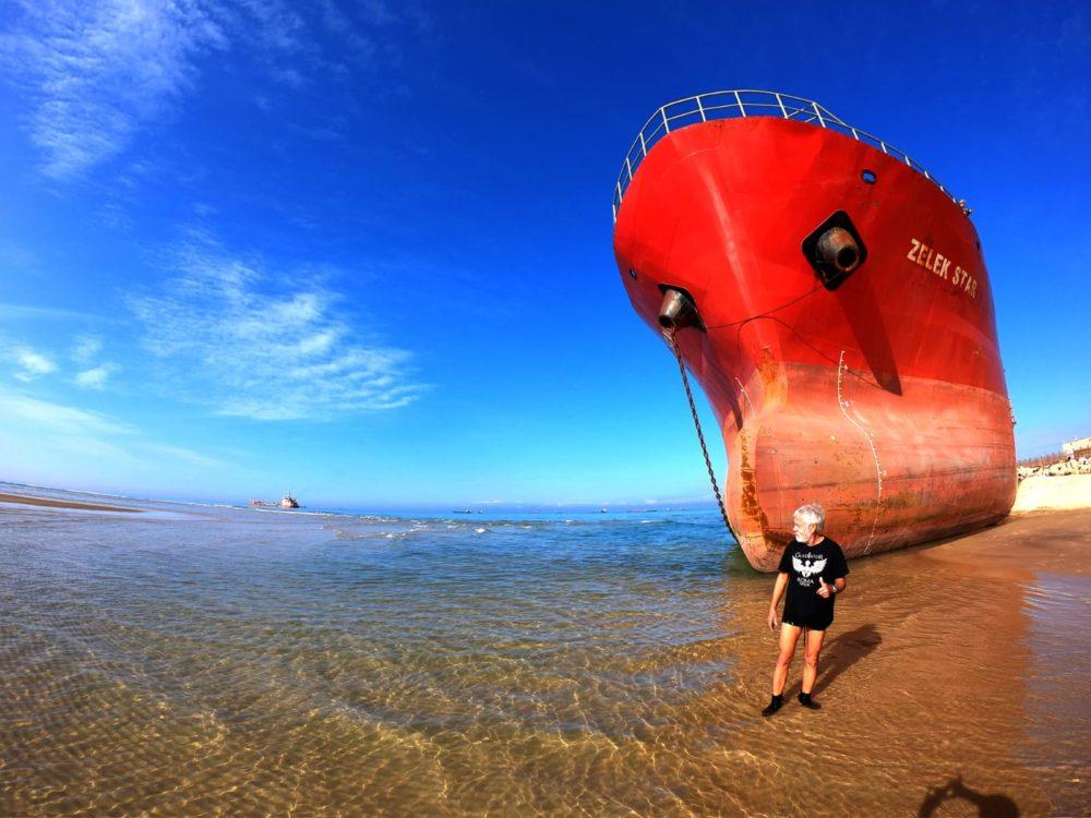 כתמים הנגרמים מספינות טרופות, דולפות, תקלות בצנרת, המובילים חומרים לתופעות של זיהום (צילום: מוטי מנדלסון)
