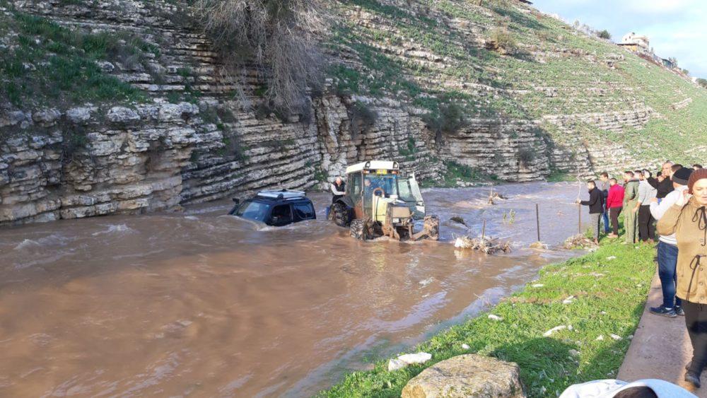 רכב נסחף בנחל ציפורי (צילום רשות ניקוז ונחלים קישון)