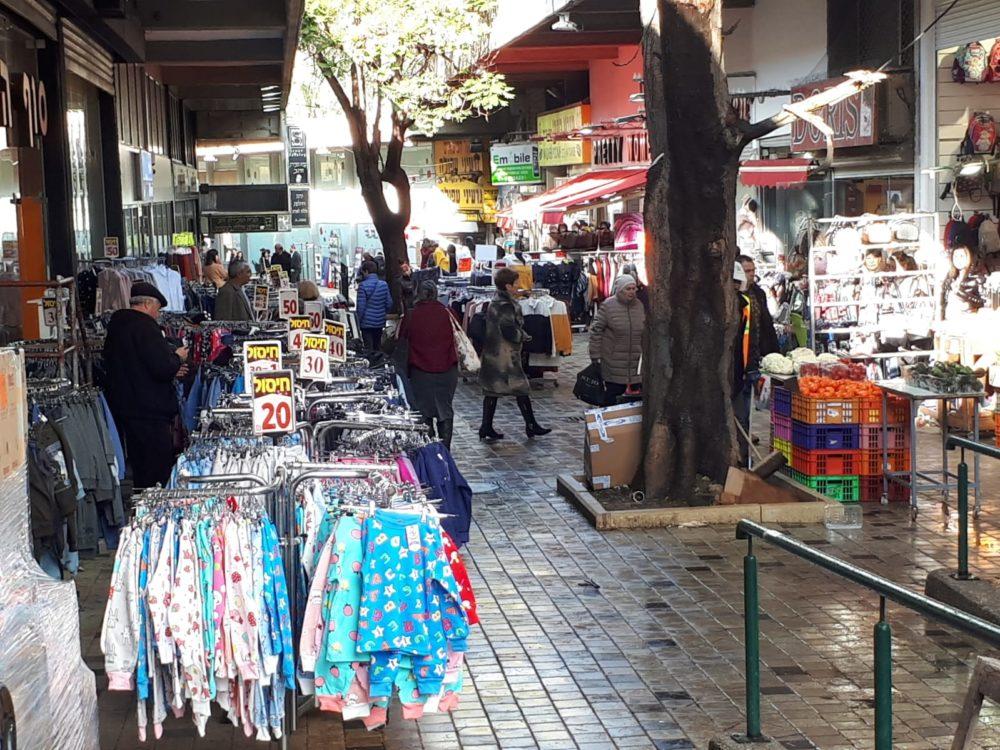 סחורה מוצגת מחוץ לחניות קריית אליעזר (צילום חי פה)