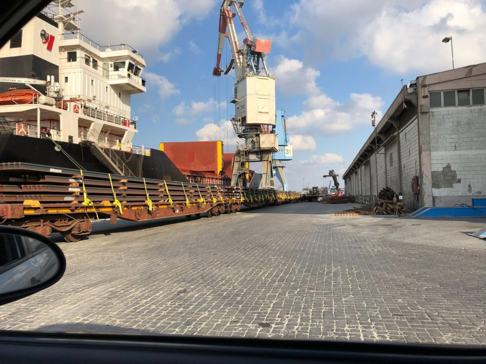 פסי מסילת רכבת שנפרקים בנמל חיפה (צילום דוברות רכבת ישראל)