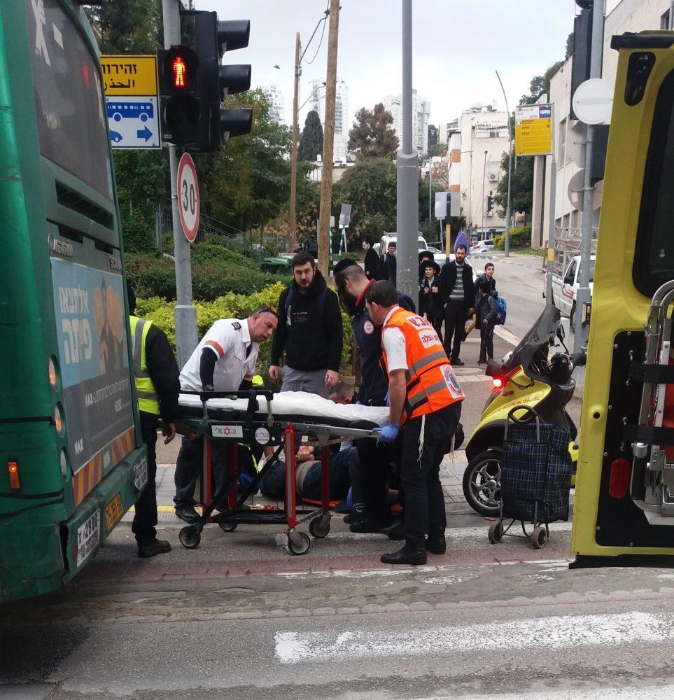 גבר כבן 70 נפגע מאוטובוס- הוא מוגדר במצב בינוני (צילום: נסימה עובד))