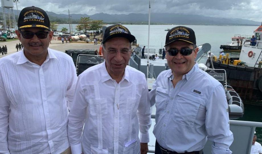 נשיא הונדורס סמי קצב ושר הביטחון (צילום: מספנות ישראל)
