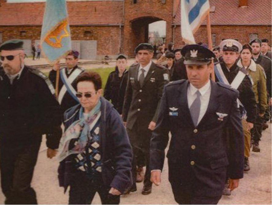 """מצעד משלחת """"עדים במדים"""" - 2012 בכניסה לאושוויץ בירקנאו - רחל צועדת עם בנה ירון לימינה"""