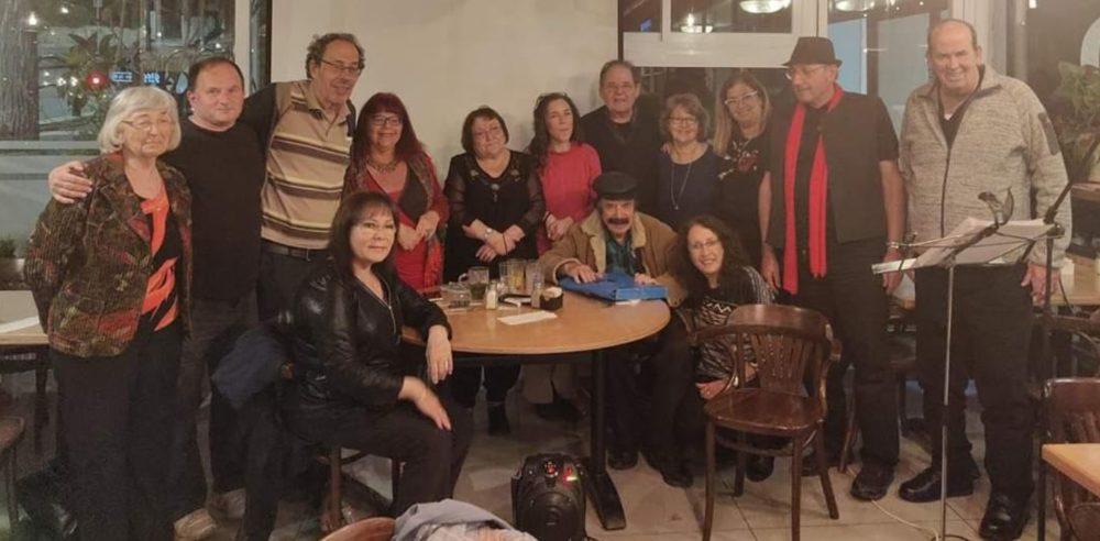 """חברי """"השראה צפונית"""" בתמונה: מימין יוסי מורג ז""""ל, יושב במרכז יוסי גמזו ז""""ל ועומד שני משמאל מוטי גרנר ז""""ל צילום: חנה מורג, 4/2019, קפה תות)"""