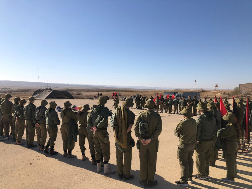 """תלמידי בית הספר מקיף נשר חיפה בגדנ""""ע בבסיס שבטה (צילום: דובר צה""""ל)"""
