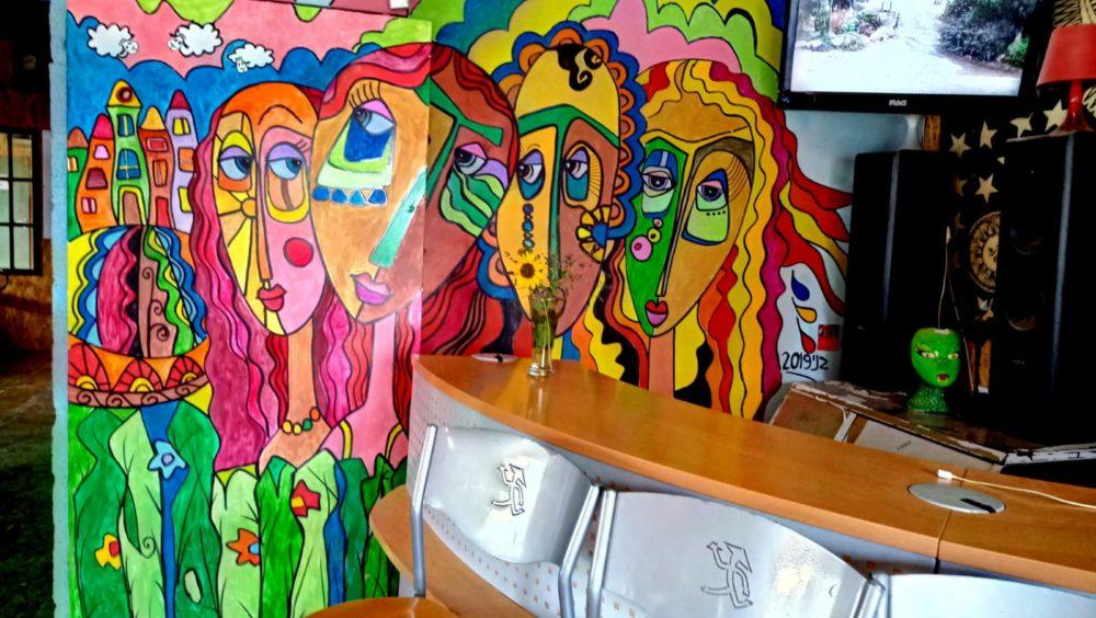 ציור קיר - חאן יותם • בני בשן מצייר על קירות בחיפה (צילום: בני בשן)