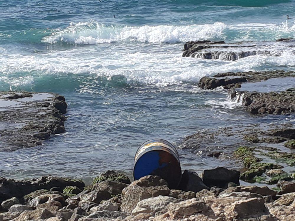 חבית שנפלטה בחופי חיפה (צילום: חי פה בשטח)