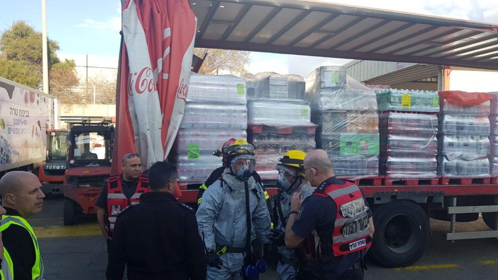 כבאים בחליפות מגן - נערכים לכניסה למבנה - דליפת אמוניה במפעל קוקה קולה במפרץ חיפה (צילום: כבאות והצלה)