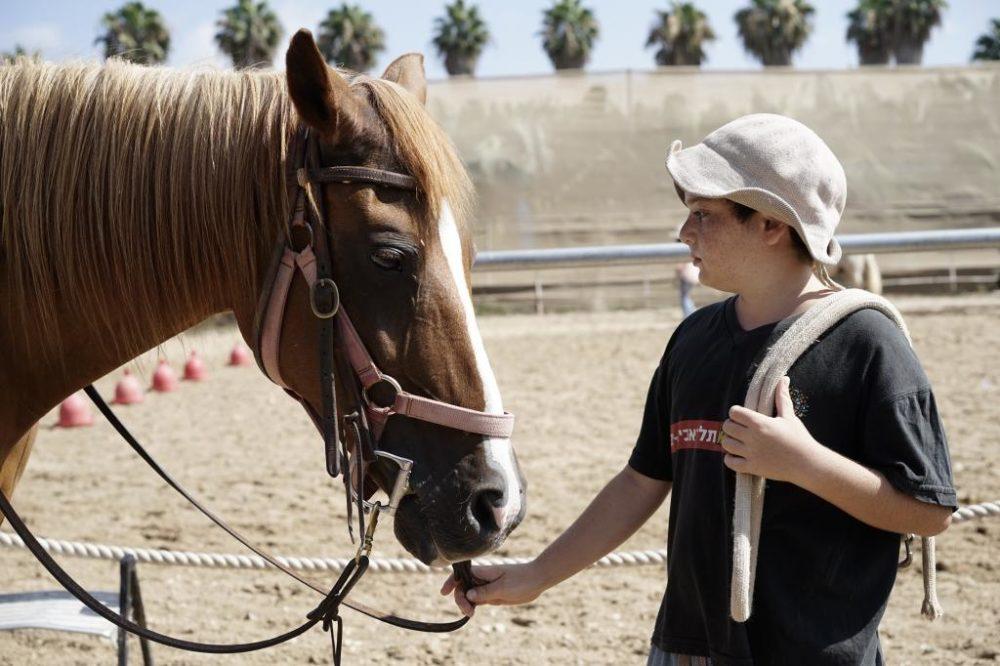 ילד עם סוס (צילום: ירון כרמי)