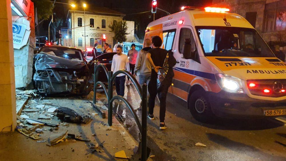 צעיר נפצע בינוני כתוצאה מהתנגשות רכב במבנה ברחוב הגפן בחיפה (צילום: איחוד הצלה)