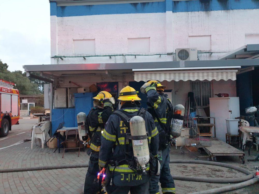 שרפה במחסן במעגן שביט בקישון בחיפה (צילום: לוחמי האש)