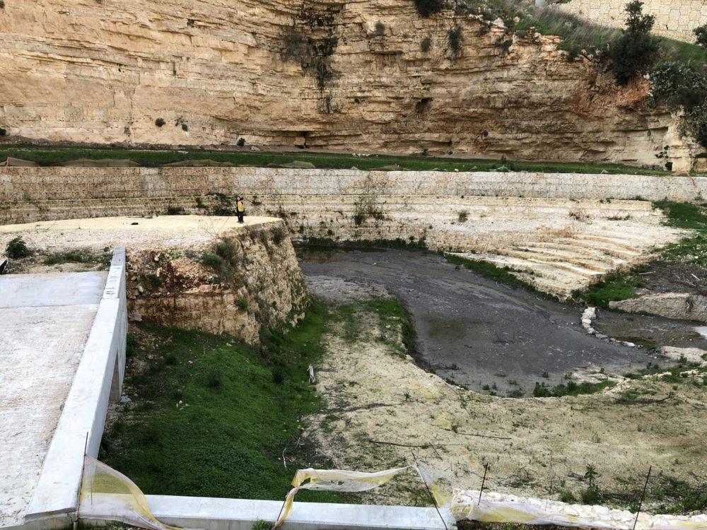 אגם מלאכותי וילדים מטיילים על פי המצוק • נחל הגיבורים בחיפה (צילום: ירון כרמי)