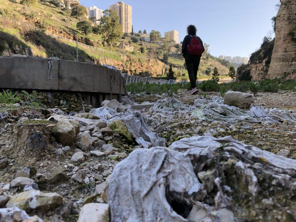 מגבונים ושאריות ביוב גולמי בסמוך לתחנת השאיבה של מי כרמל • נחל הגיבורים בחיפה (צילום: ירון כרמי)