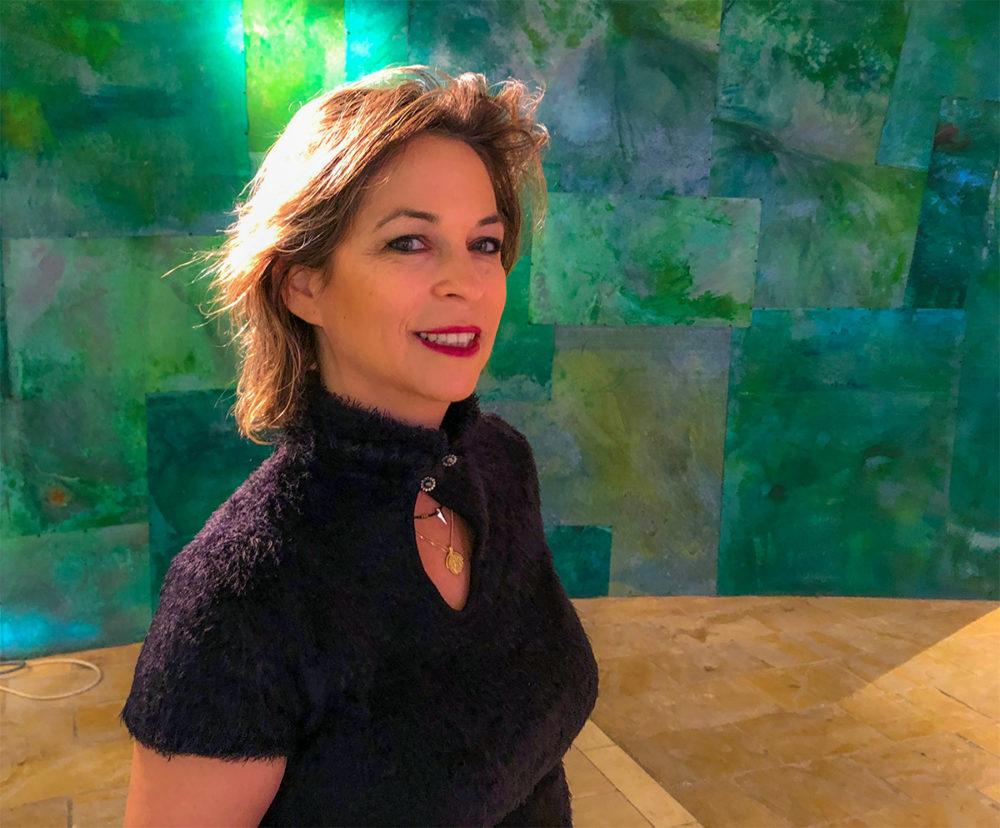 נגה כרמי, מנהלת חי פה, לובשת את הקולקציה שהביאה שושי ורה - חורף 2019-20 (צילום: ירון כרמי)