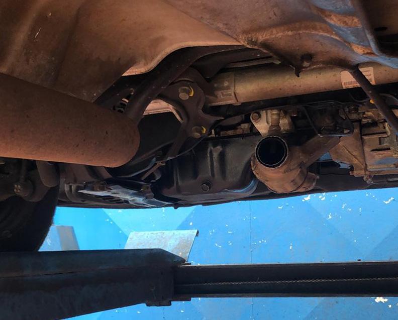 """אגזוז של מכונית שנחתך ונגנב מהחניון הצפוני של מת""""ם (צילום: חי פה)"""