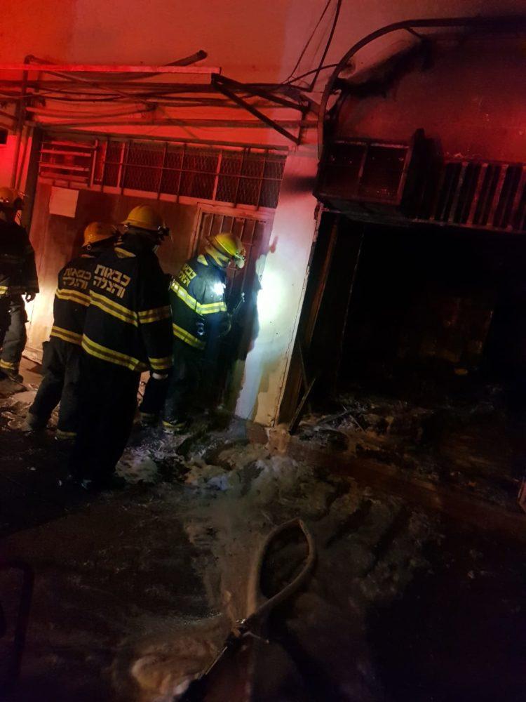 חנות לאביזרי רכב בנשר עלתה באש (צילום: לוחמי האש)