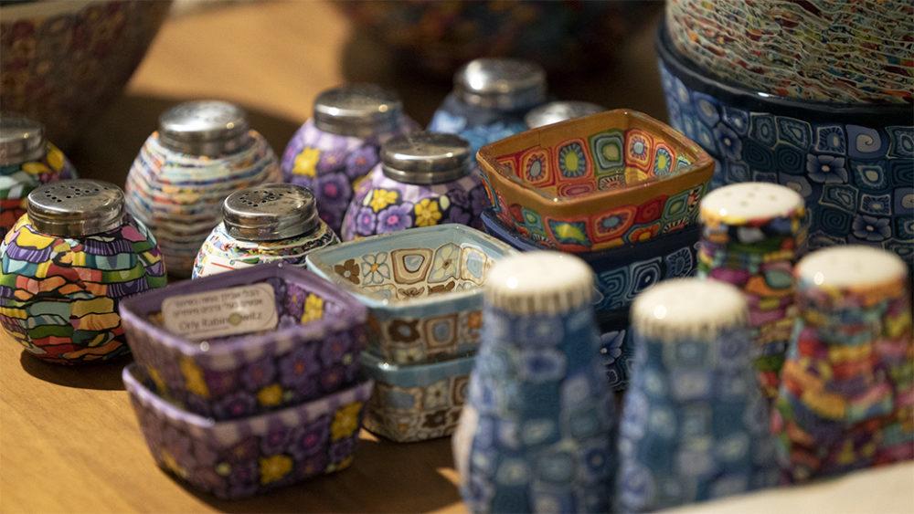פריטים בחנות המוזיאון • תערוכות חדשות במוזיאון טיקוטין בחיפה (צילום: ירון כרמי)