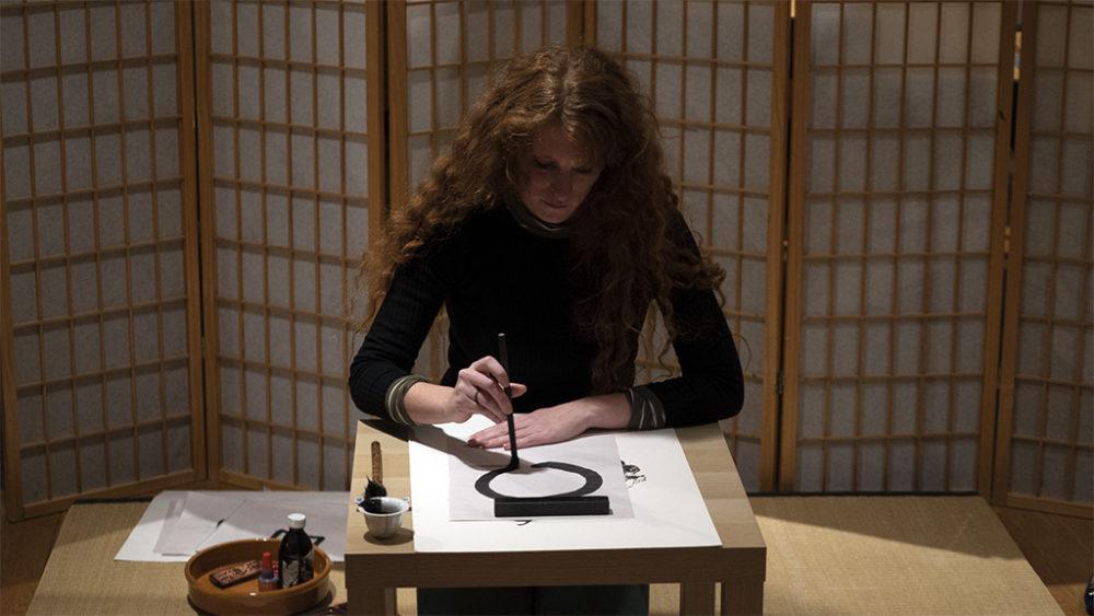 קליגרפיה בערב הפתיחה • תערוכות חדשות במוזיאון טיקוטין בחיפה (צילום: ירון כרמי)