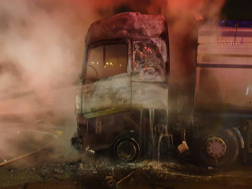 כיבוי משאית שעלתה באש בכפר בוסמת טבעון (צילום: לוחמי האש)