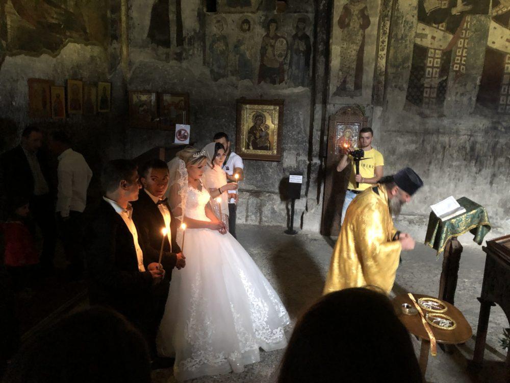 חתונה בכנסייה חצובה בהר - העיר וארדציה (Vardzia) החצובה בסלע על צוק תלול • טיול ג'יפים בגאורגיה (צילום: ירון כרמי)