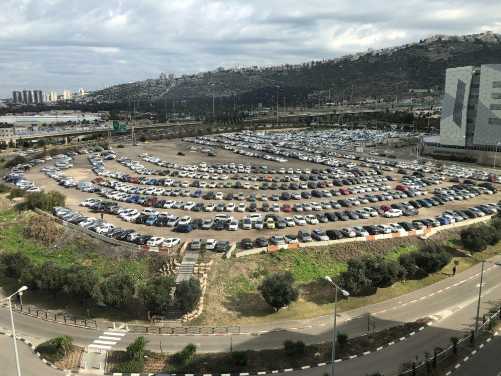 """מגרש החניה הצפוני של מת""""ם (צילום: חי פה)"""