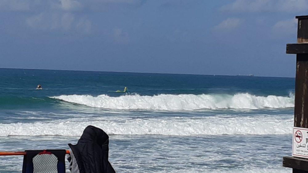 גולש קייטסרפינג חולץ על ידי מצילים חיפה בחוף בת גלים (צילום: עמוס וייל)