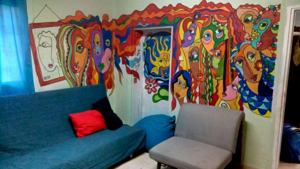 ציור קיר - החצר הנשית • בני בשן מצייר על קירות בחיפה (צילום: בני בשן)