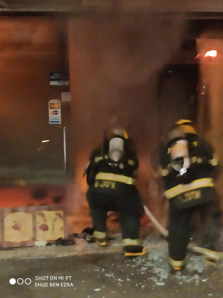 שריפה ברחוב החלוץ בשכונת הדר בחיפה (צילום כבאות והצלה)