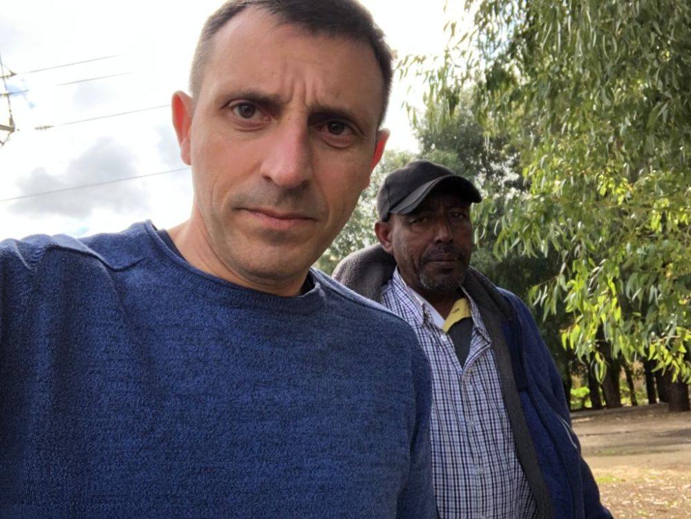 חבר מועצת העיר אלי בן דיין וחבר העדה האתיופית (צילום: מטה הליכוד)