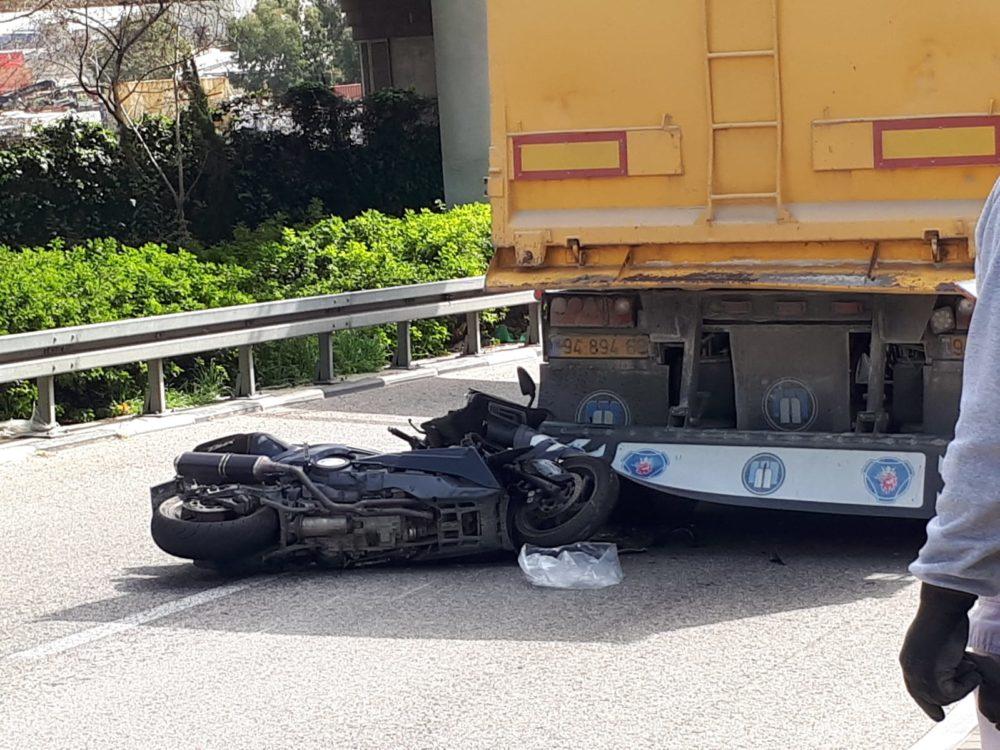 תאונת דרכים אופנוע ומשאית (צילום: מנשה שמש)