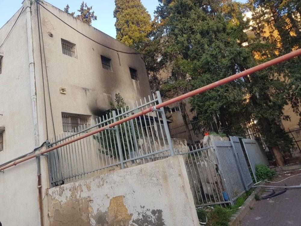 שריפה במבנה ברחוב הרצל בשכונת הדר בחיפה (צילום: כבאות והצלה)