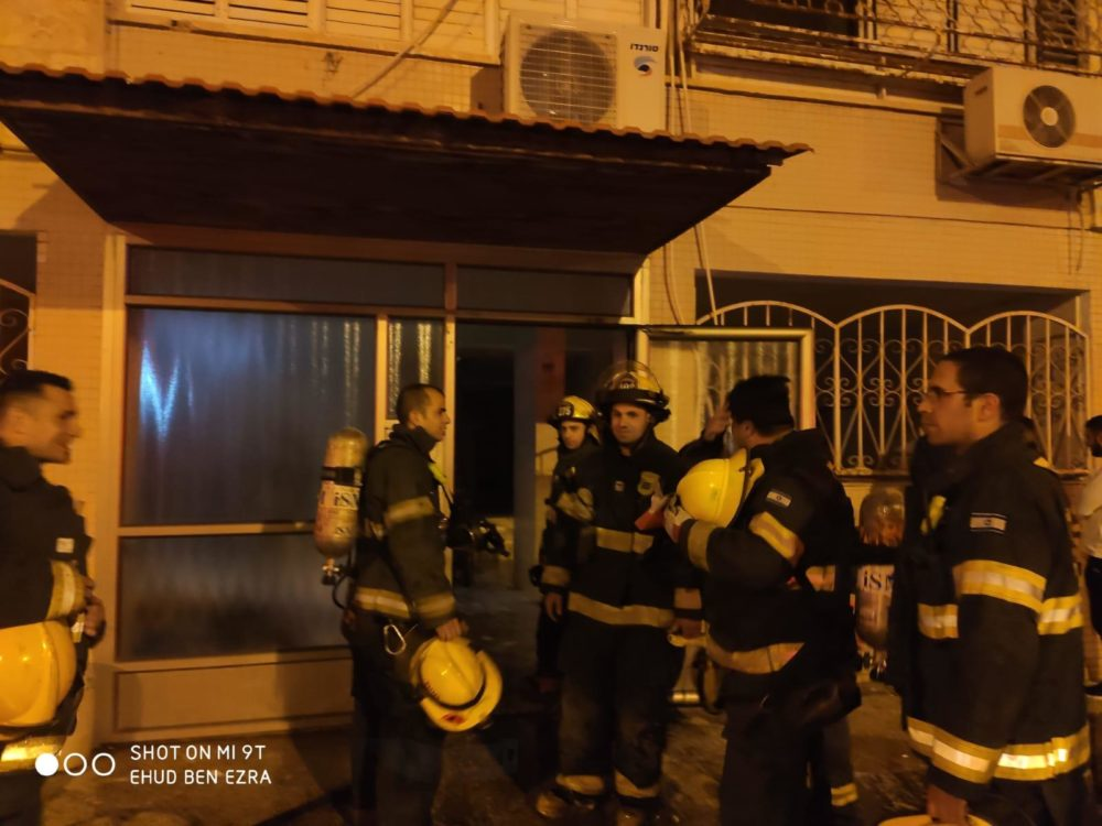 לוחמי האש בגמר אירוע שריפת מחסן בלובי של בניין רב קומות ברחוב חטיבת כרמלי בחיפה (צילום: לוחמי האש)